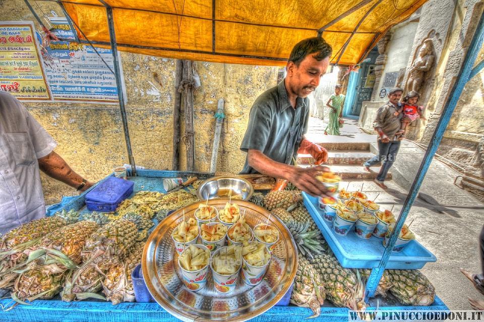 13 Tamil Nadu - Trichy - Venditore di Ananas - pinuccioedoni.jpg